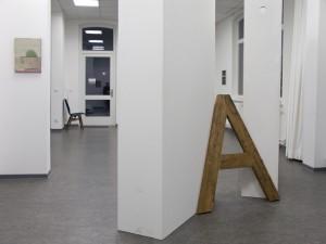 Plastische Arbeit im Raum mit hohen Sockeln