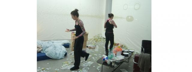 Ausschnitt der Kaugummi Performance von Maria Wende und Damaris Schmidetzki