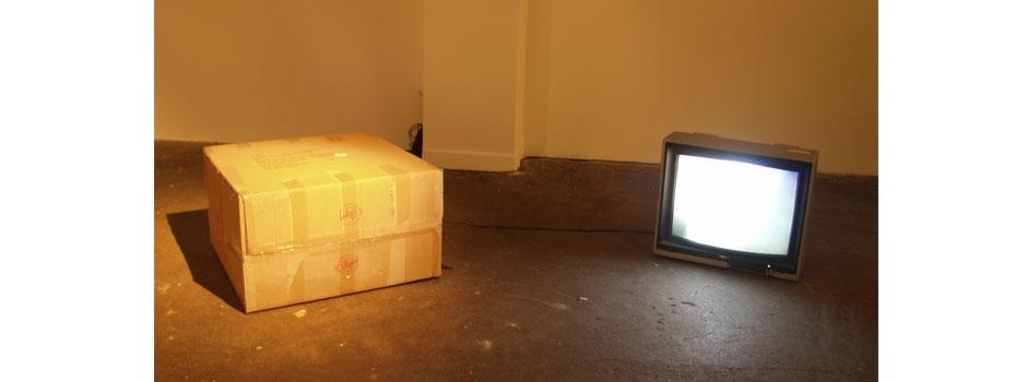 Kiste mit einem Bildschirm verbunden, auf dem ein Video gezeigt wird