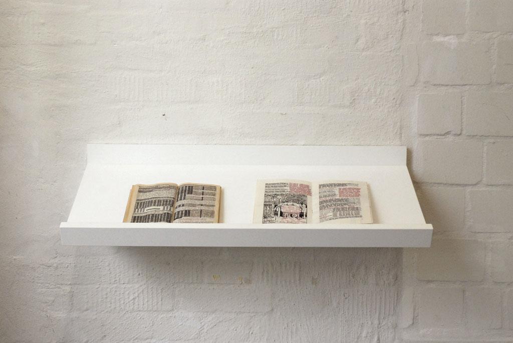 Waltraud_Feser_Bonthuis_uebermalte-Buchseiten_Tablett_Lass-dein-Haar-herunter-2012